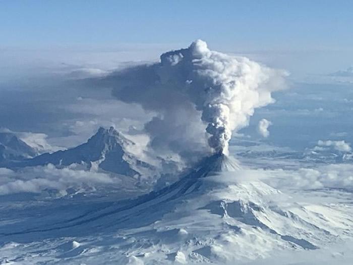 美国阿拉斯加希沙尔丁火山(Shishaldin Volcano)再次喷发