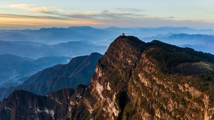 一座寺庙高踞在中国四川省的峨嵋山上。 周围乡间有「峨嵋山暗色岩」(Emeishan Traps)这种洪流玄武岩(flood basalt),而这类岩石正代表了瓜