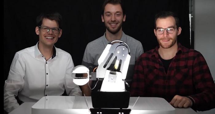 """沙克(左)和团队利用""""声悬浮""""现象研发出机械臂夹具"""