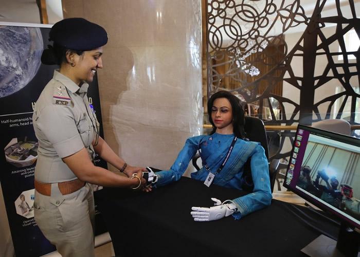 Vyommitra跟出席记者会的人握手。