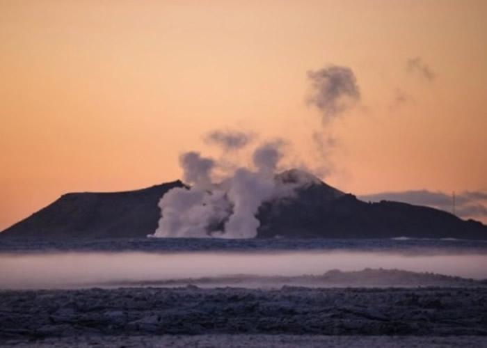 冰岛雷克雅内斯半岛著名温泉胜地蓝湖发生连串地震 火山膨胀有喷发危机