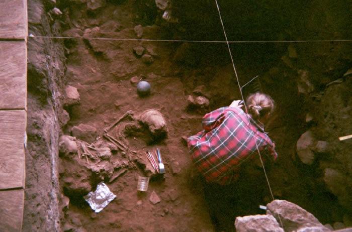 """研究人员上世纪就展开了对""""Shum Laka""""岩窟中双人墓穴的挖掘。"""
