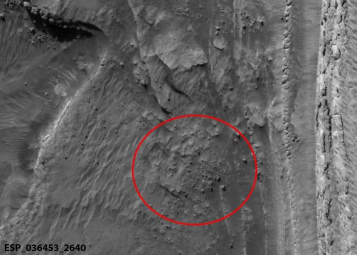 NASA火星侦察轨道器拍摄到火星极地冰冠断裂影像