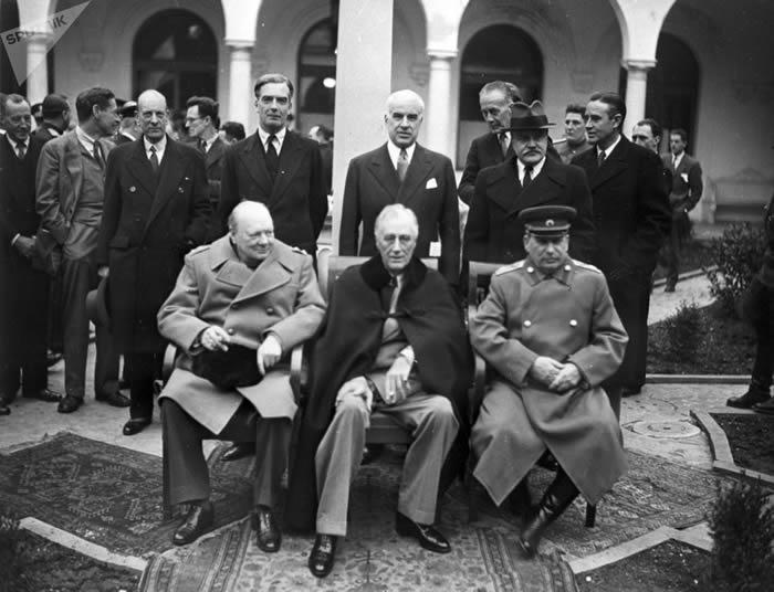 英国首相温斯顿·丘吉尔、美国总统富兰克林·德拉诺·罗斯福和苏联元帅约瑟夫·斯大林在雅尔塔会议一次例会开始之前的合影