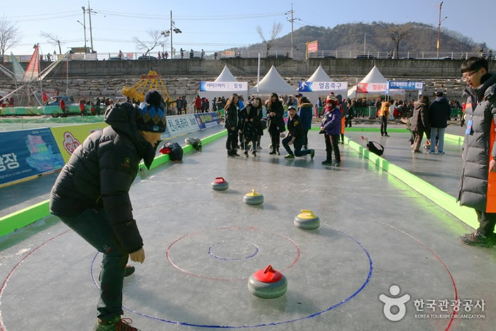 韩国江原道华川郡举行冰雪国家华川山鳟鱼庆典