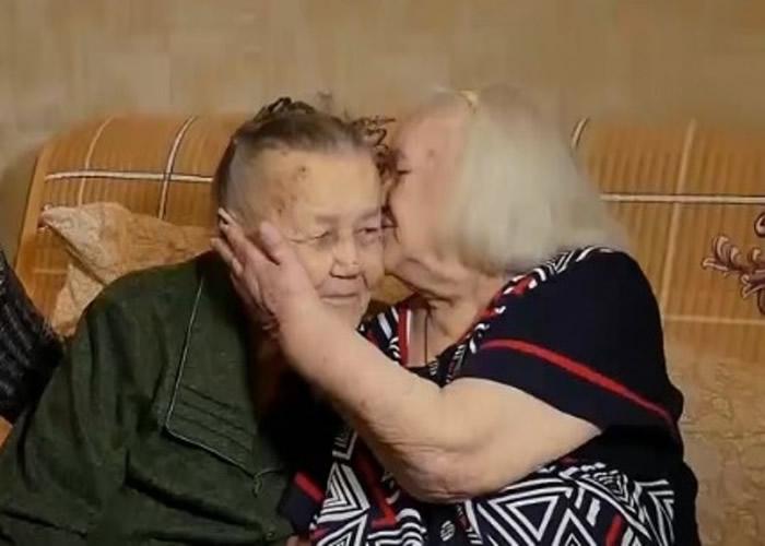 两姊妹早前久别重逢,喜极相拥亲吻。