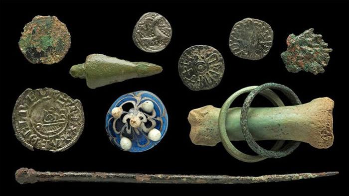 英国英格兰东北部林迪斯法尔海岸出土细小玻璃制品 疑为1200年前维京人棋子