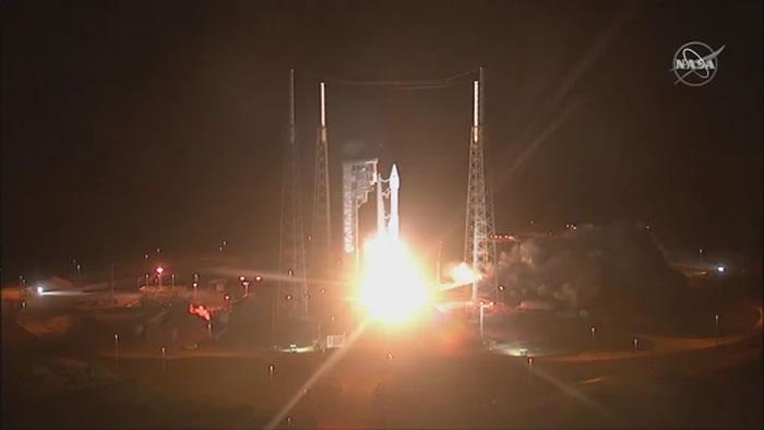 """美国发射搭载太阳轨道探测器的""""宇宙神""""-5(AtlasV)运载火箭"""