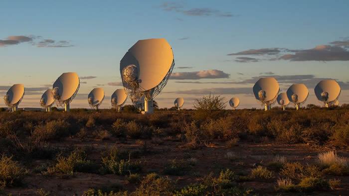 位于南非由64个碟状天线组成的MeerKAT射电望远镜将扩大约三分之一