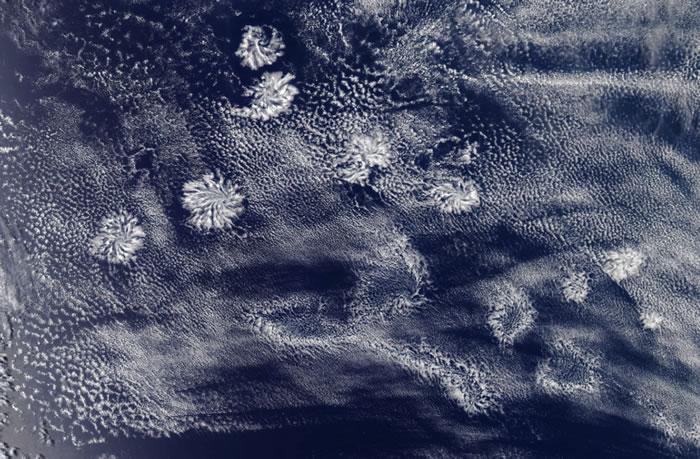 """美国宇航局Aqua卫星捕捉到印度洋上空出现的神秘""""玫瑰云""""景象"""