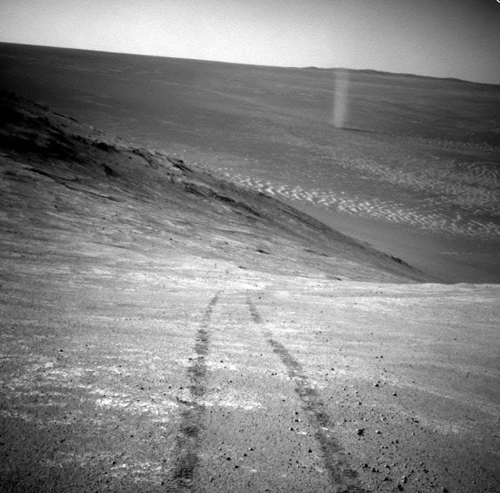 """MRO不是寻找尘埃魔鬼的唯一火星机器人。2016年,""""机遇号""""火星探测器曾捕捉到了尘魔的美丽地面视图。"""