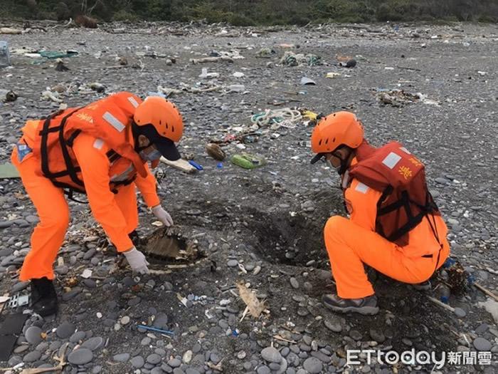 海巡署第六岸巡队第六三岸巡中队人员协助就地掩埋海龟 。(图/记者陈昆福翻摄)