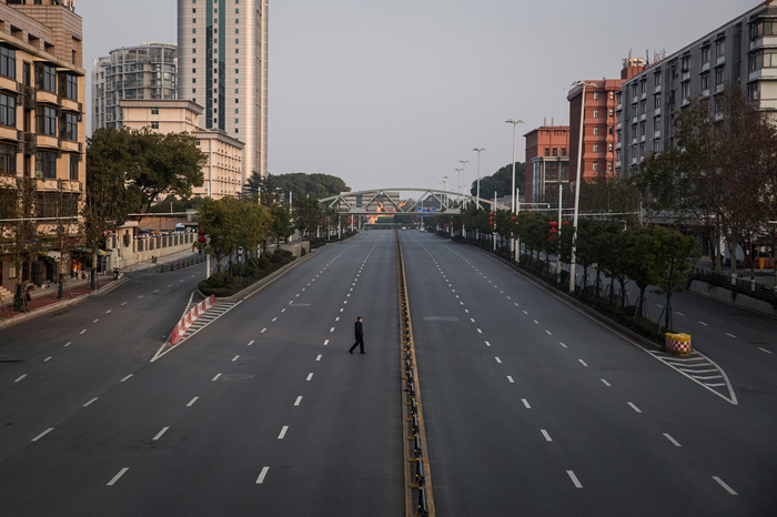 2020年2月3日,一名男子穿越中国武汉一处空荡荡的高速公路。 中国武汉冠状病毒感染的死亡人数已攀升至超过1000人。 其他国家也有通报病例,包括美国、加拿大、