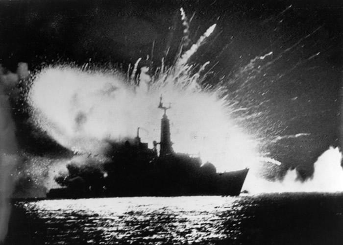 英国当年靠CIA情报胜出福克兰群岛战争。图为阿根廷空袭英国军舰。(Getty Images黑白图片)