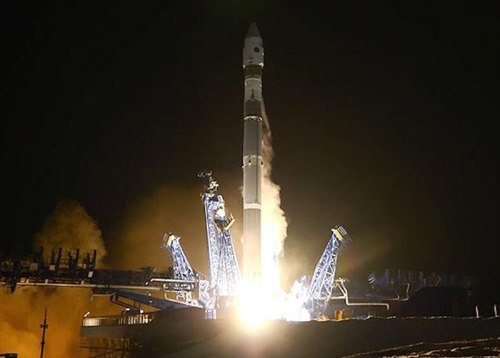 俄罗斯火箭发射升空,卫星进入轨道后一分为二。