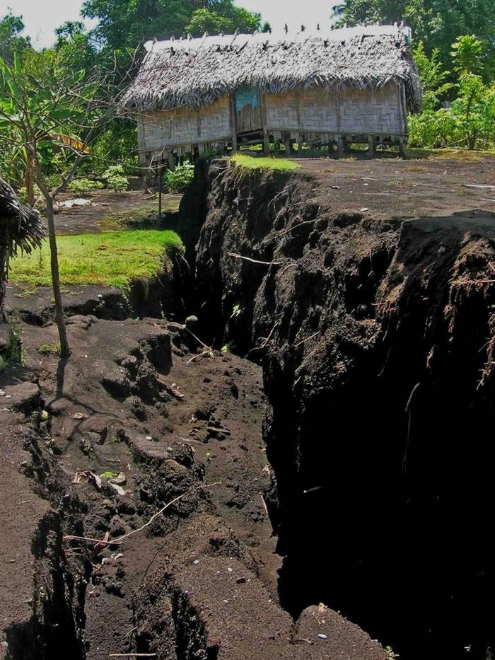 2018年在安布理姆火山爆发期间,当岩浆挤压通过地底时,造成了地上的景观断裂和破碎。 这种情形在距离火山口边缘将近13公里的帕默村特别明显。 PHOTOGRAP