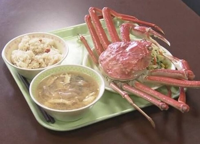日本鸟取县初中免费供应昂贵清蒸松叶蟹套餐给100名中三毕业生当午饭