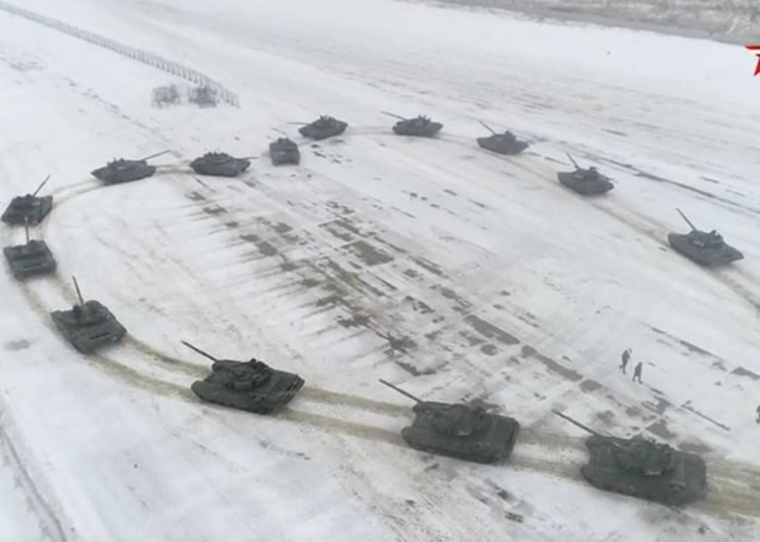 战斗民族!俄罗斯军官向女友求婚出动T72B3坦克砌成心形