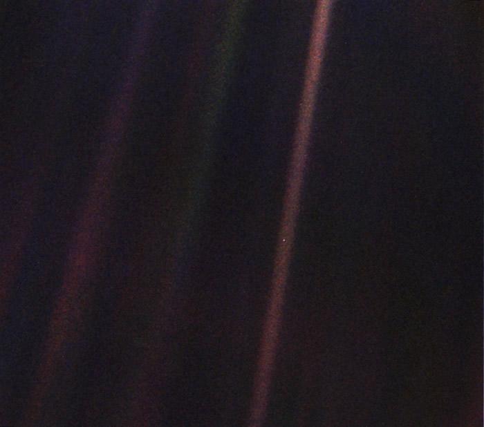 """NASA重新制作""""旅行者1号""""探测器在1990年2月14日拍摄的著名""""暗淡蓝点""""图片"""