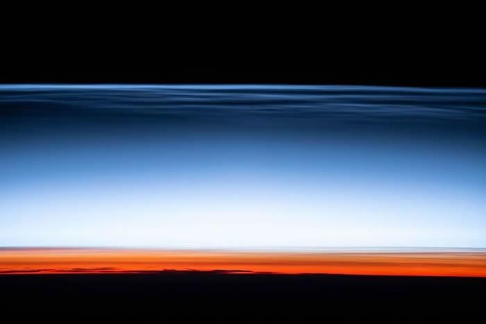 美国国家航空航天局(NASA)发布国际空间站拍摄的珠母云(夜光云)照片