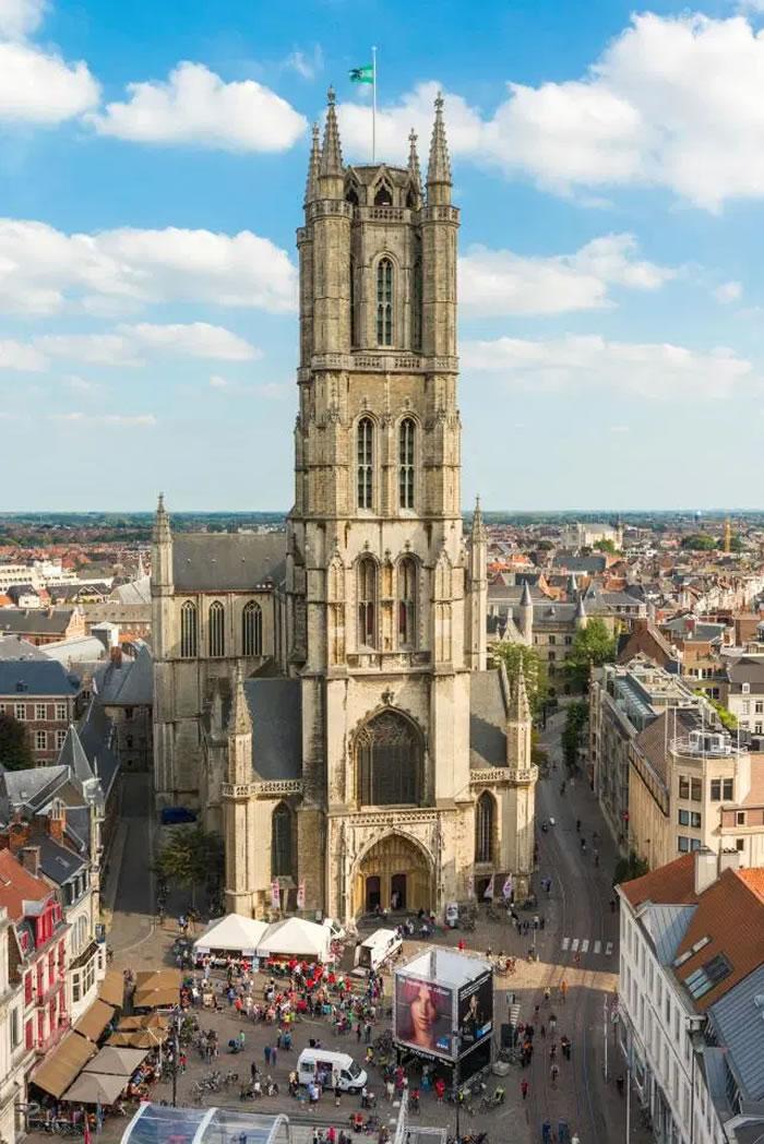 考古学家在比利时根特市圣巴沃大教堂挖掘出令人毛骨悚然的人骨墙