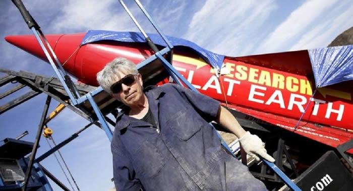 """地平学理论支持者——美国民间""""狂人""""迈克·休斯在实验飞行期间死亡"""