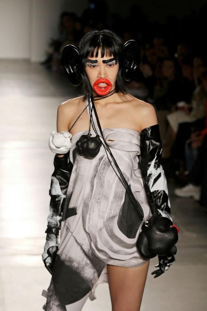 美国纽约时尚流行设计学院要求女模特戴假大耳大嘴走骚 涉种族歧视道歉