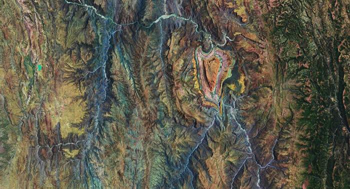 欧洲航天局哨兵2号卫星拍摄的玻利维亚高原心形沉积结构