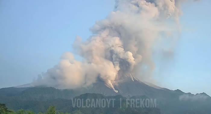印尼爪哇岛上的默拉皮火山喷出6000米高灰柱