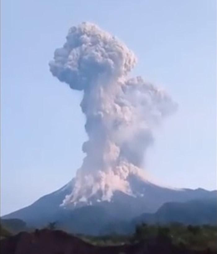 印尼爪哇岛默拉皮火山喷发 火山灰云升上6000米高空