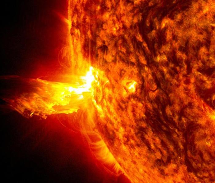 太阳风暴有时会包含太阳闪焰,在这张影像中,高能粒子从太阳喷射出来。 IMAGE BY NASA, SDO
