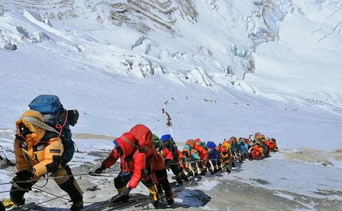 尼泊尔政府收取攀登珠穆朗玛峰的每人攀登许可证的1.1万美元费用 不想限制菜鸟登山客