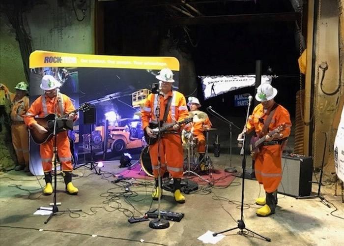"""加拿大安大略省""""Shaft Bottom Boys""""乐队深入地底6200呎矿洞演奏创吉尼斯世界纪录"""