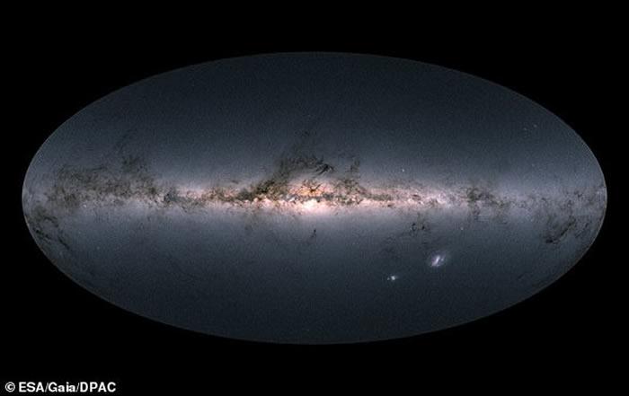盖亚任务对我们的银河系及其邻近星系的全天空观测图示,包含了对近17亿颗恒星的测量结果。这张地图显示了该任务在2014年7月至2016年5月观测到的天空各部分恒星