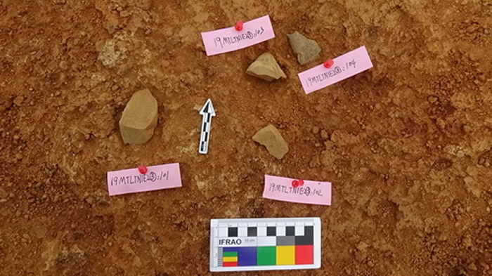 摩天岭遗址发现石器现场
