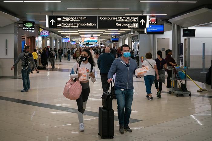 美国哈茨菲尔德-杰克逊亚特兰大国际机场,旅客为了防疫戴上口罩。 照片来源:Chad Davis(CC BY-SA 2.0)