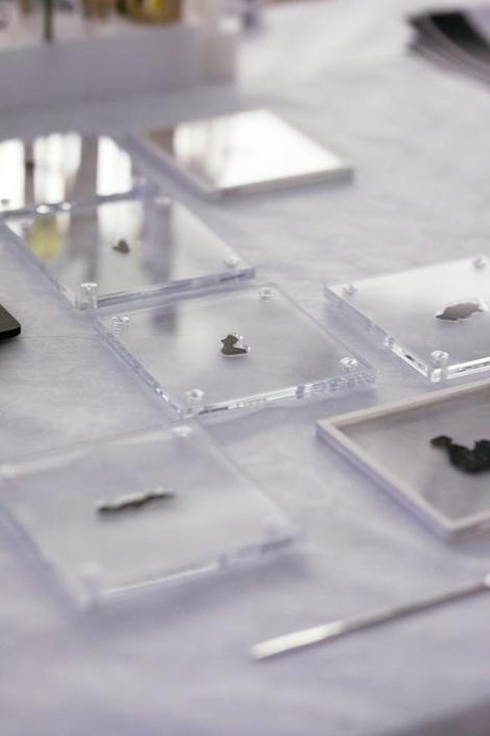 圣经博物馆的死海古卷碎片放置在特制压克力底座上,等着接受详细检查。 PHOTOGRAPH BY REBECCA HALE, NGM STAFF
