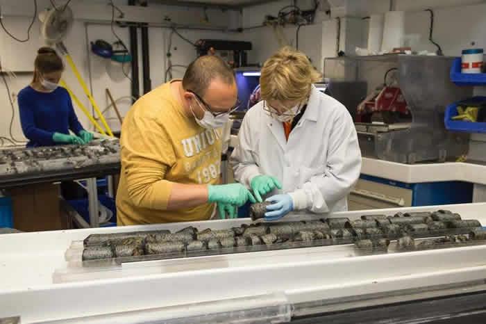 《Nature》:印度洋海底钻取的岩芯发现微生物