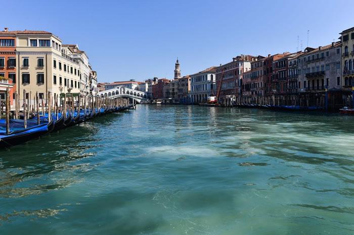 由于原本热闹的威尼斯运河在疾病大流行的隔离检疫期间变得空无一人,爆红的社群媒体贴文宣称天鹅及海豚回到了这片水域。 这不是真的。 尽管如此,运河水质仍然变得比较干