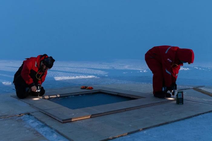 ROV营地是建立一个基地帐篷,然后在里面钻探一个冰洞,将一个水下机器人放入冰水中,旁边配备一个控制台,由两名工作人员作为主、副操控员,他们坐在监视器屏幕前,使用