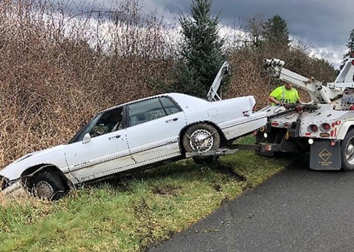 """美国华盛顿州州际公路警车高速追逐车辆 男子被捕后声称""""正在教斗牛犬开车"""""""