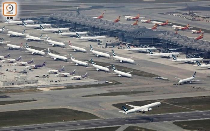 香港国际机场内有大量飞机停飞,国泰航空及旗下航空客机一字排开。