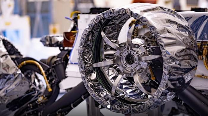 """NASA""""毅力""""号火星车开始安装记忆合金轮胎和降落伞"""