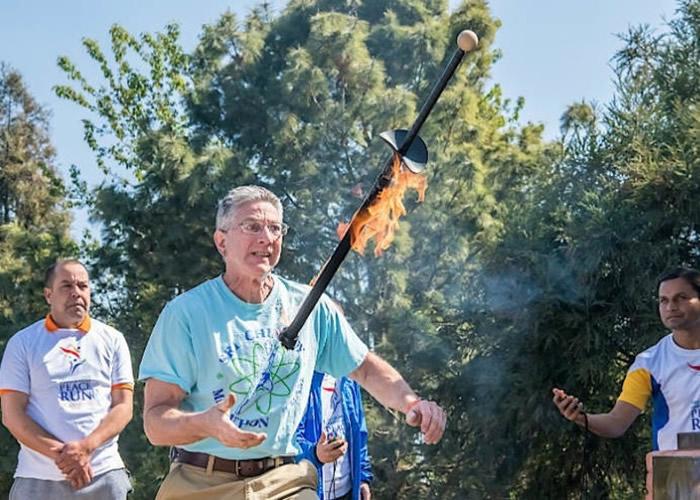 美国爱达荷州David Rush挑战抛接火剑 30秒内抛接57次打破世界纪录