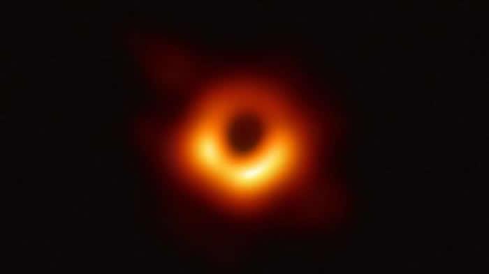 黑洞视界望远镜拍摄到超大质量黑洞图像,该黑洞的阴影位于M87星系中心区域。