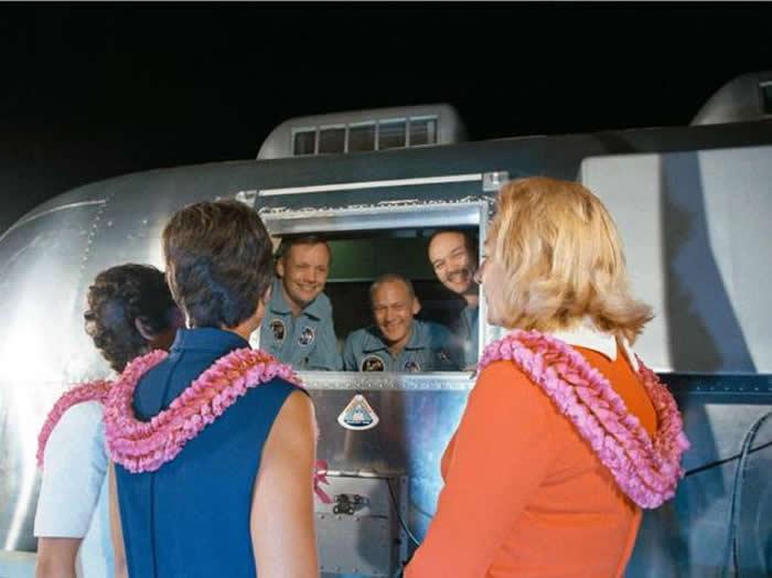 阿波罗11号任务的宇航员从月球返回地球后,他们的妻子在移动隔离设施(MQF)迎接他们
