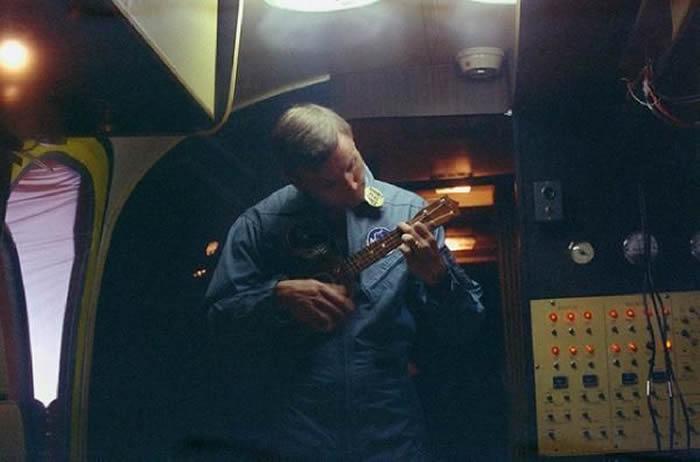 在降落后的隔离期间,尼尔·阿姆斯特朗在MQF里弹奏尤克里里