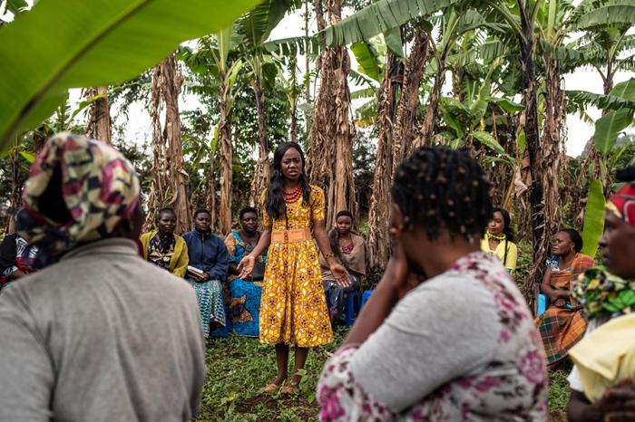 24岁的穆雅札. 维迪亚. 胡格特(Mulyanza Vithya Huguette)是埃博拉病毒感染的幸存者,她将自己的经历分享给一群女性,来澄清与这种病毒有