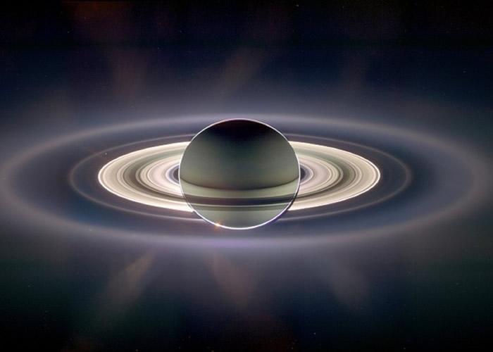 穿过土星环的星尘,地球看起来像是一个小光点。