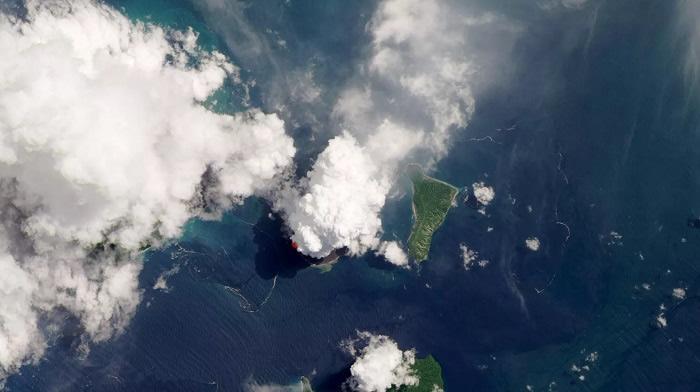 美国宇航局和地质调查局的Landsat卫星,在火山口上方拍摄到了这张蓬松的羽流状云的照片(红点为红外检测标记)。